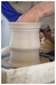Production de grès artisanal par tournage et calibrage