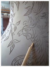 Poterie gravées au stylet - ici, un vase dessiné à main levée
